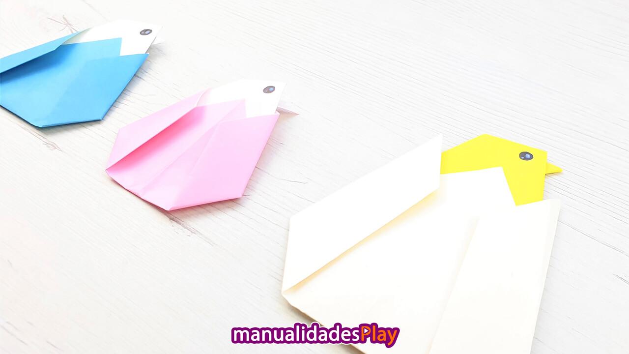 Pollos de papiroflexia realizados con papel saliendo del huevo
