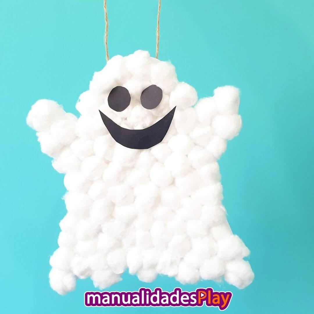 Fantasma de algodón colgado de la pared con cara sonriente