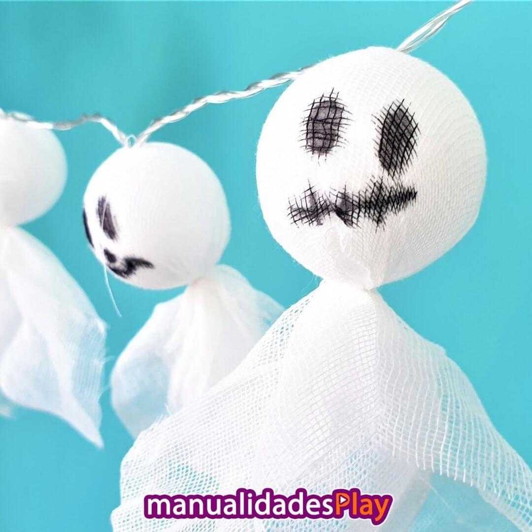 Guirnalda de fantasmas realizada con pelotas, luces led y tela