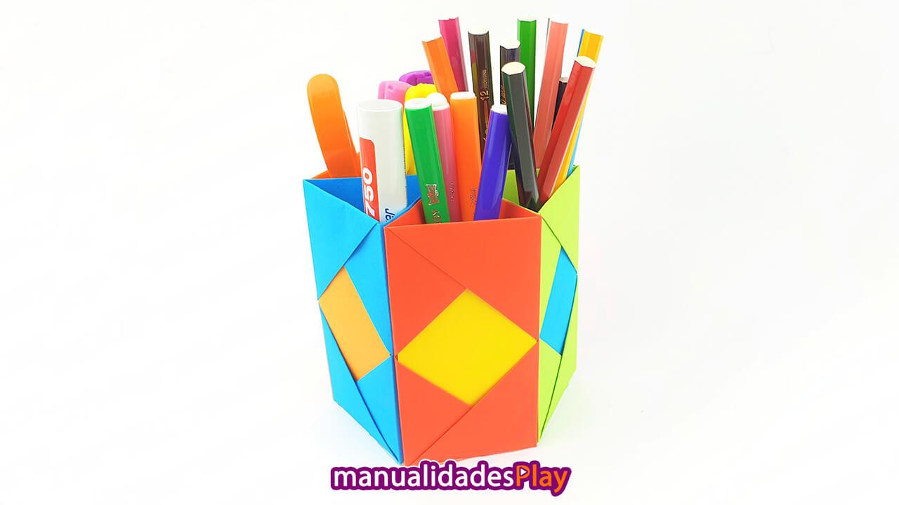 Portalápices de papel casero lleno de lápices, rotuladores y demás utensilios