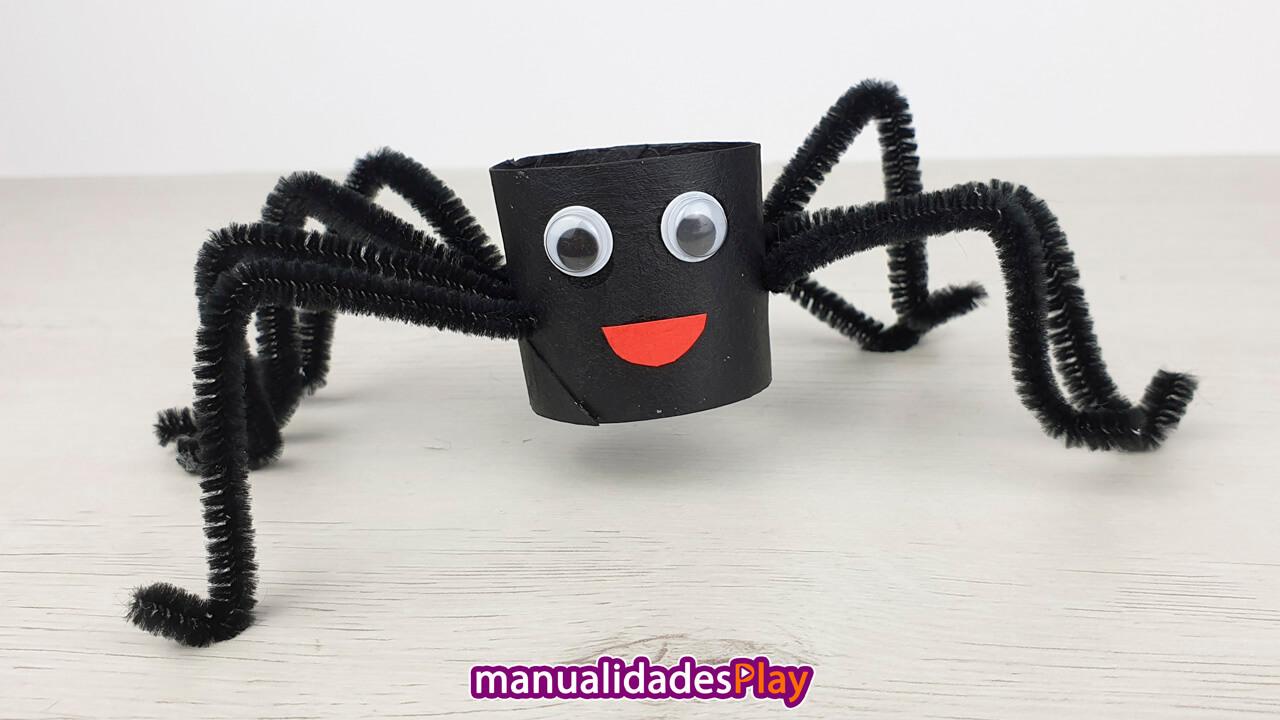Manualidad de araña realizada con un tubo de cartón