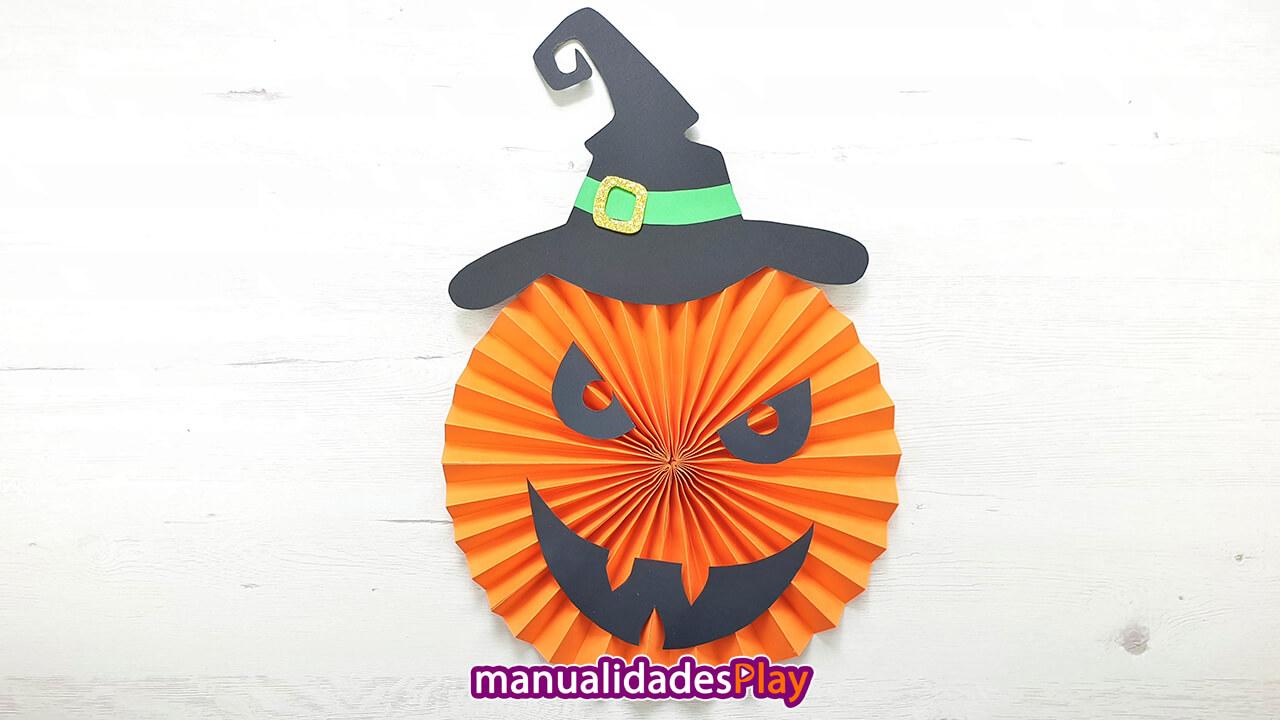 Calabaza de papel con sombrero de bruja realizada doblando el papel en zig zag