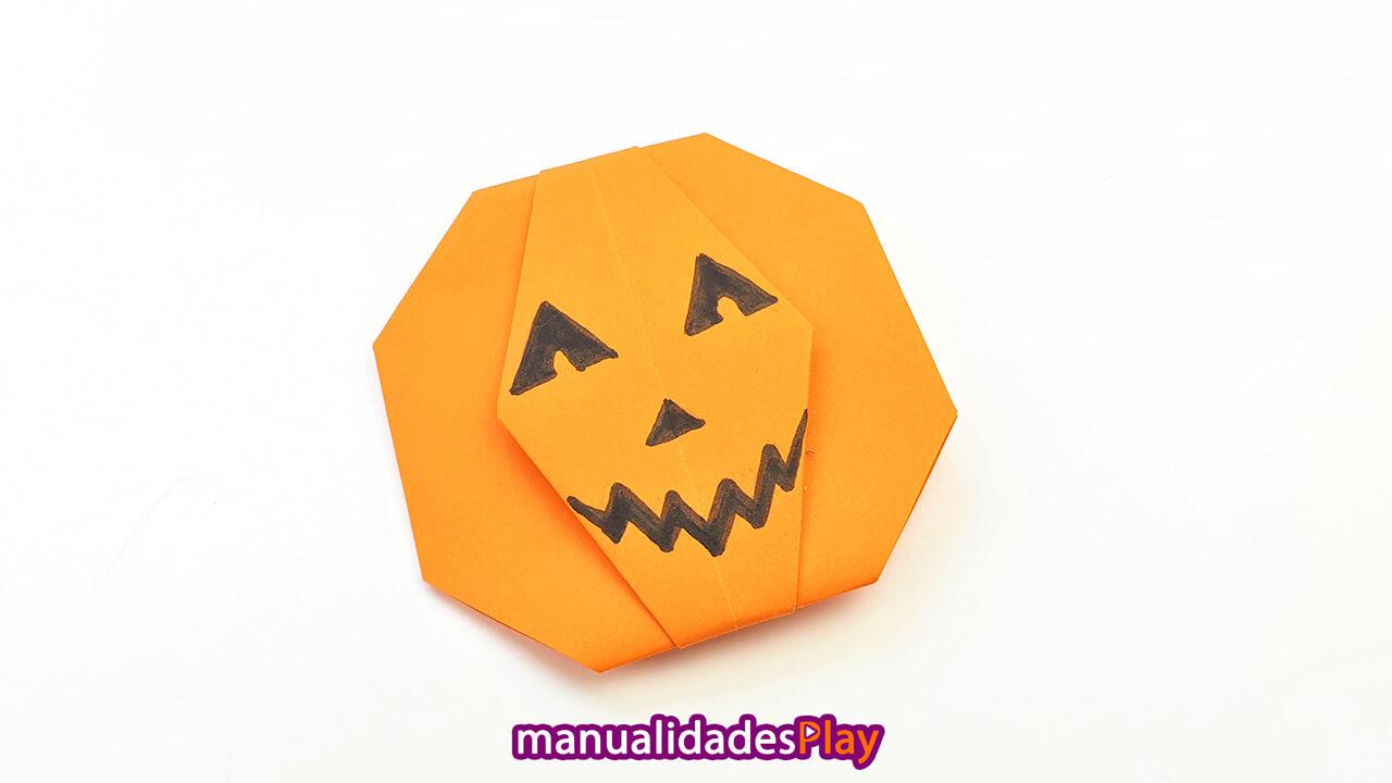 Calabaza de origami realizada doblando una hoja de papel