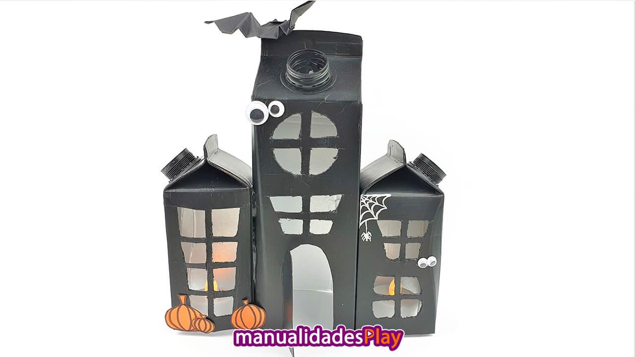 Casa encantada para decorar en halloween realizada con envases reciclados