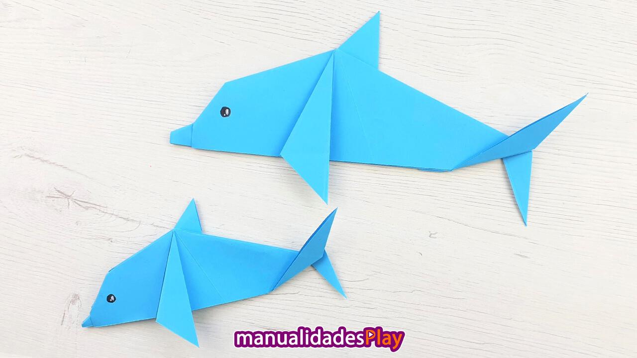 Dos delfines de papel de color azul realizados con origami