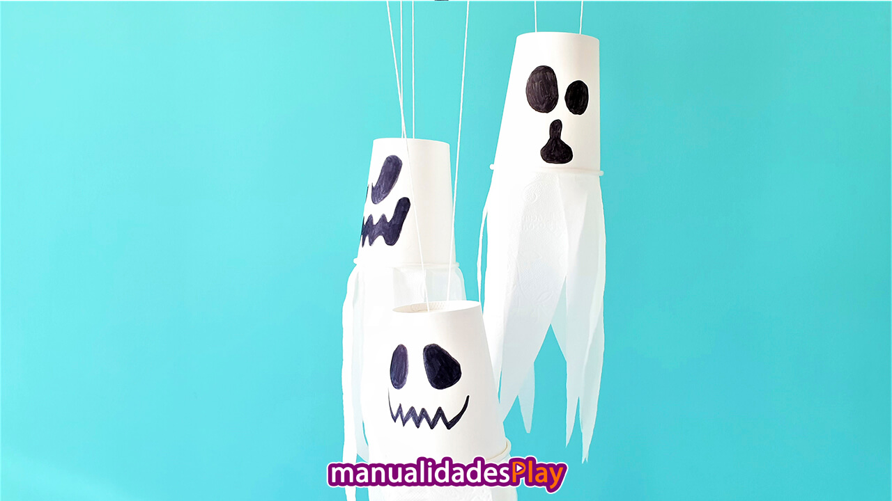 Manualidad de fantasmas realizados con rollos de papel