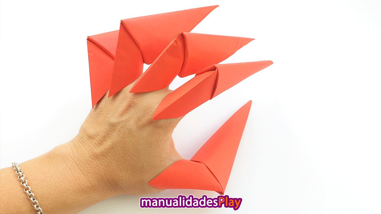 Garras de papel en una mano realizada con manualidades