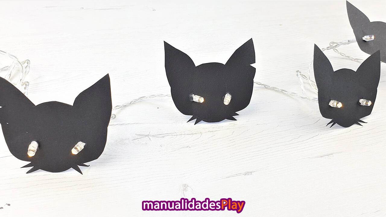 Guirnalada de caras de gatos negros para decorar en Halloween realizada con manualidades