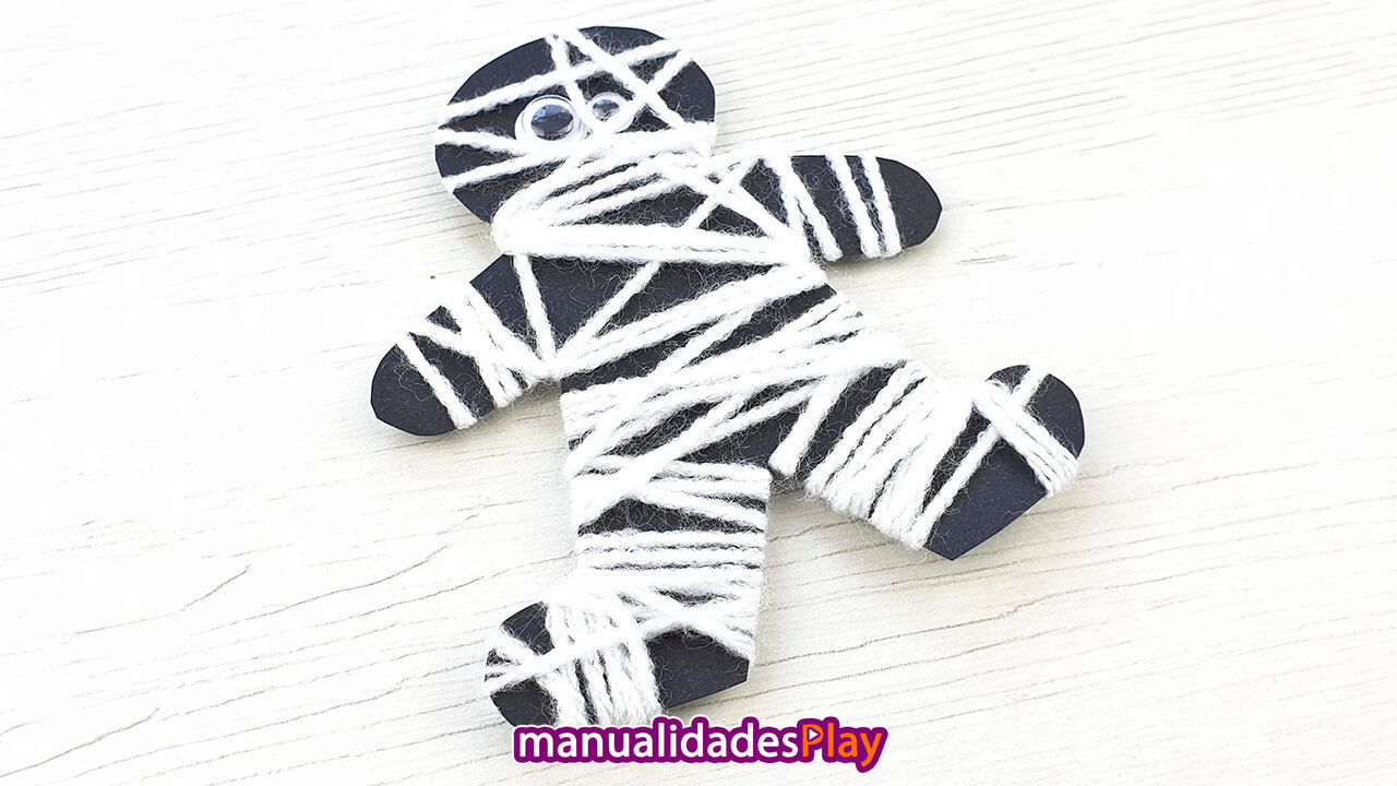 Momia de papel y lana realizada con manualidades