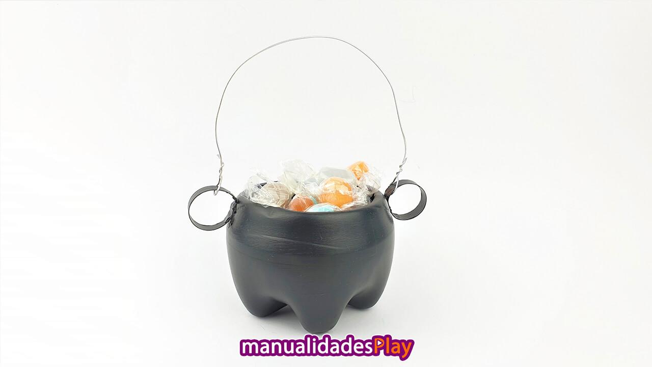 Caldero de brujas lleno de caramelos realizado con botella de plástico reciclada