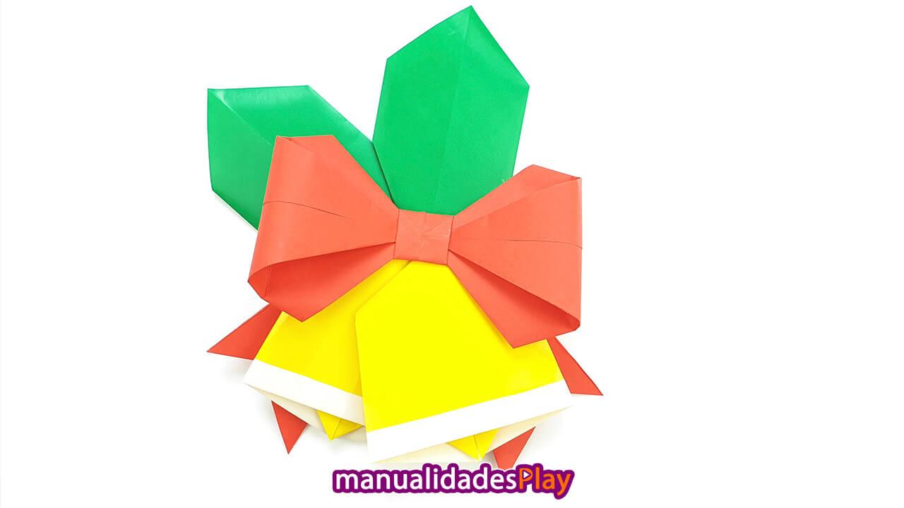 Adorno de Navidad de papel formado por campanas, lazo y hojas de acebo de origami