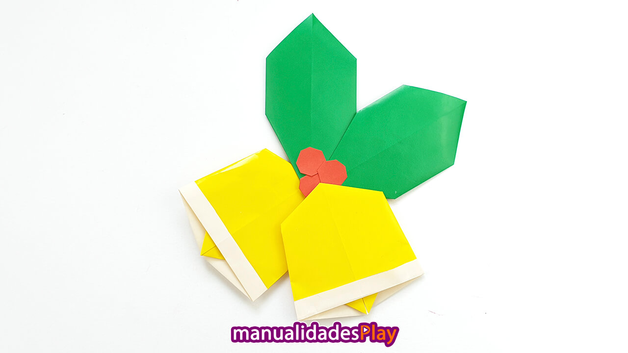 Campanas y hojas de acebo de papiroflexia para forma un adorno navideño