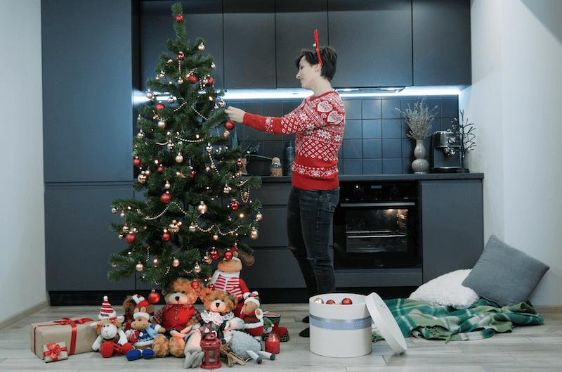 árbol de Navidad en la cocina