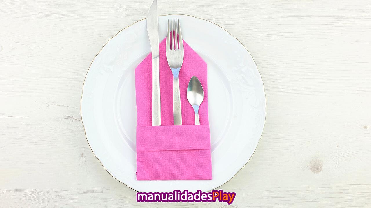 servilleta de papel rosa con cuchara, tenedor y cuchara en su interior