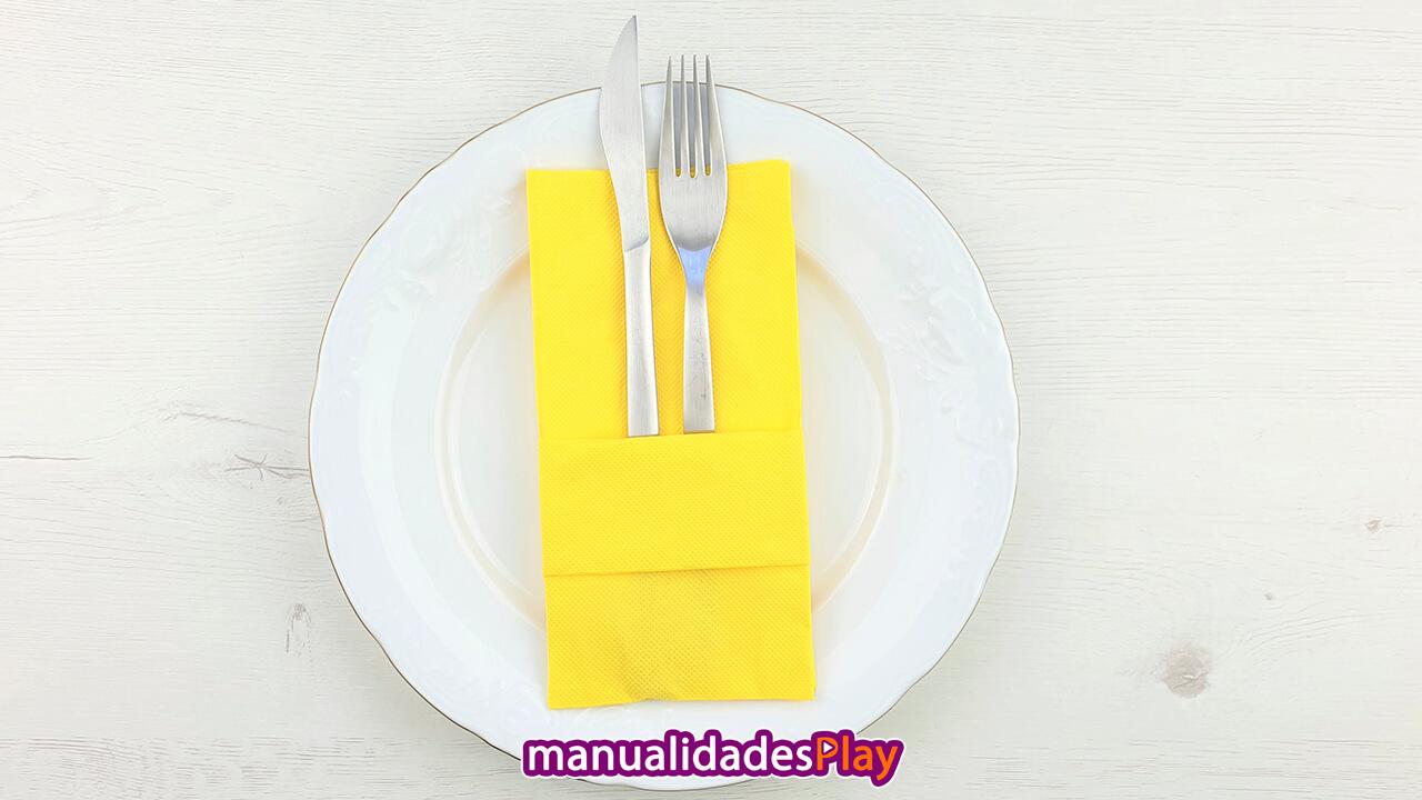 Servilleta de color amarillo doblada de forma básica para cubiertos
