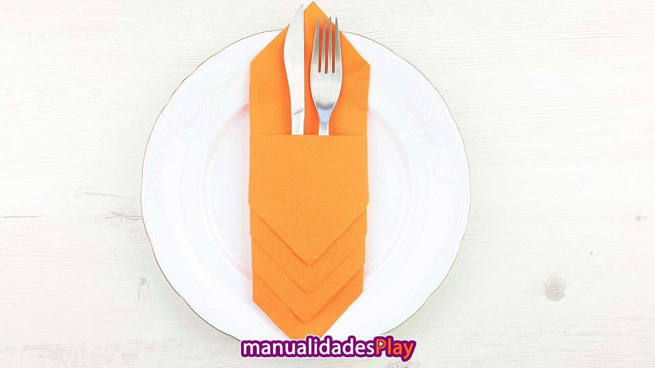 Servilleta de color naranja con cubiertos en su interior