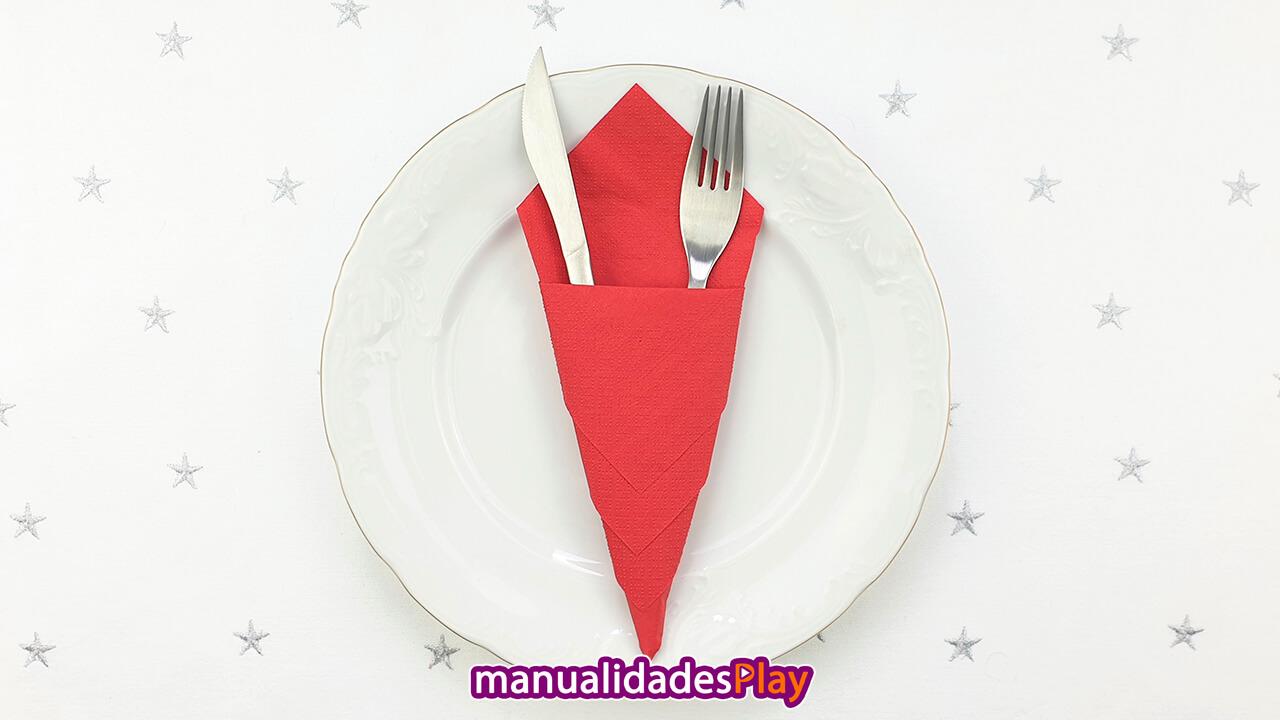 Porta cubierto realizando al doblar una servilleta de papel, incluye tenedor y cuchillo