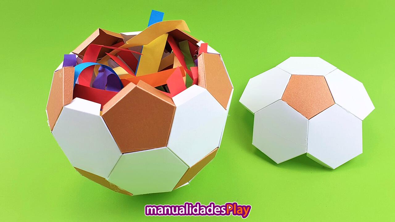 Caja regalo en forma de balón de fútbol de papel