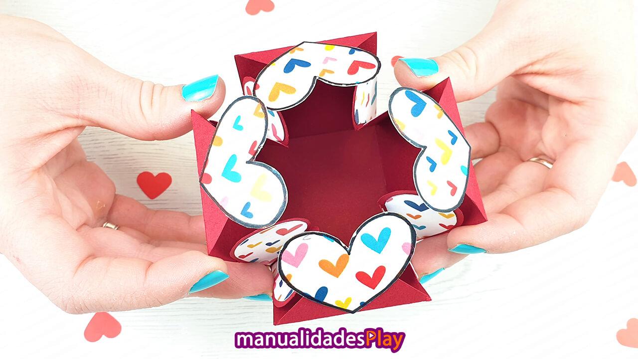 Interior de caja sorpresa para novios abierta por unas manos