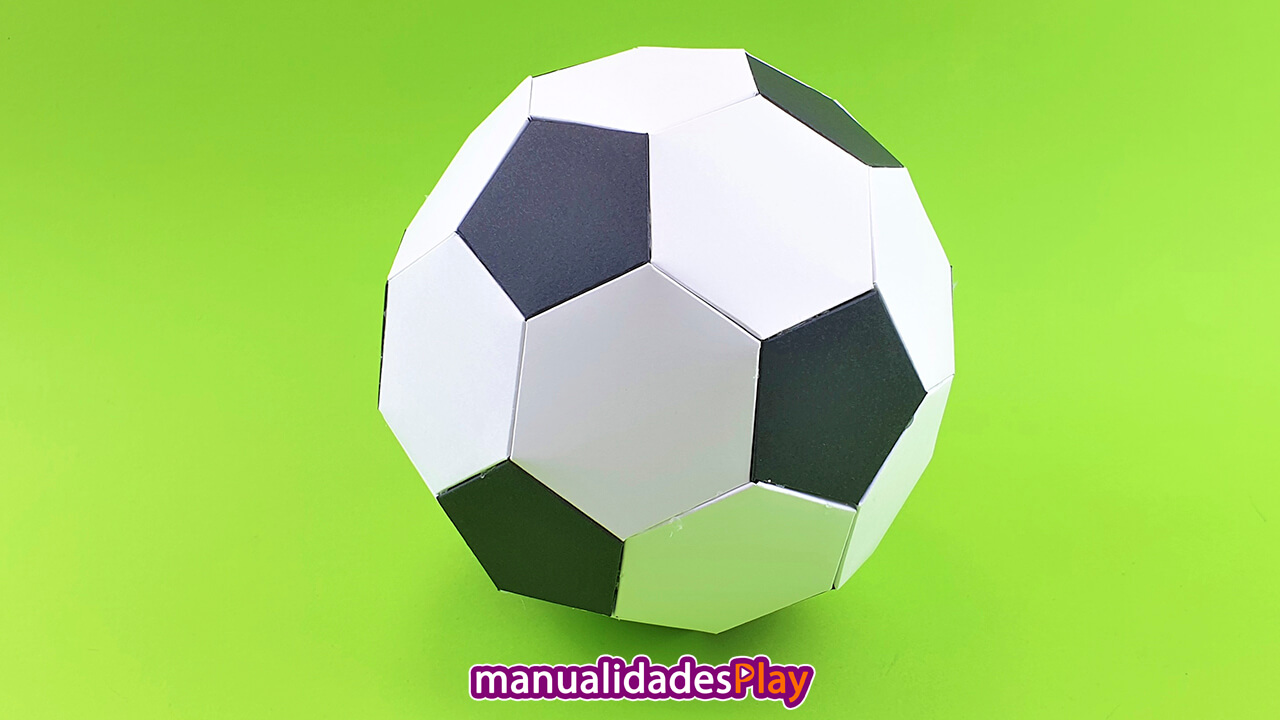 Pelota de papel de fútbol realizada con manualidades, con hexagonos y pentagonos de papel