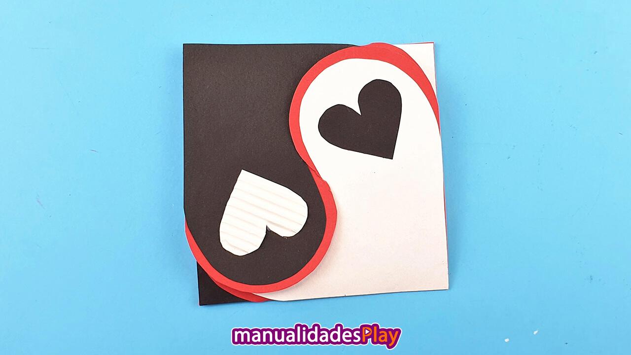 Tarjeta para día de los enamorados plegaba en color banco, negro y rojo