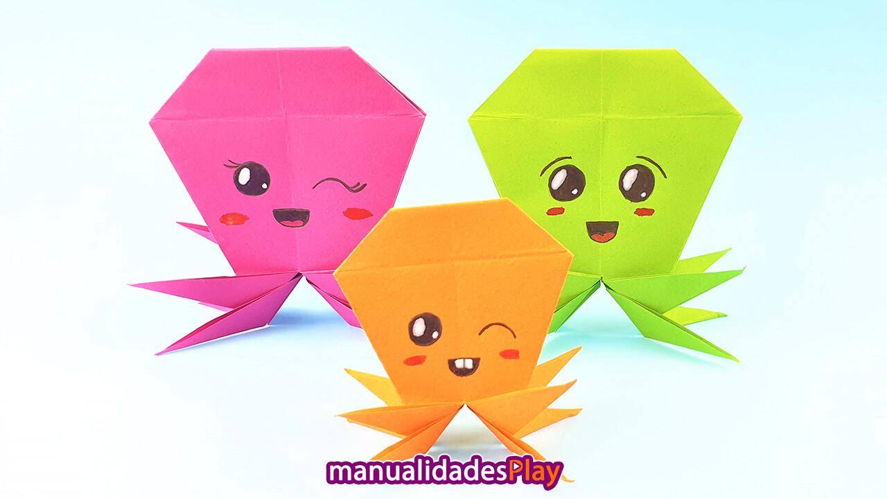 Tres pulpos de origami realizados con papel, simbolizando el padre, madre y niño