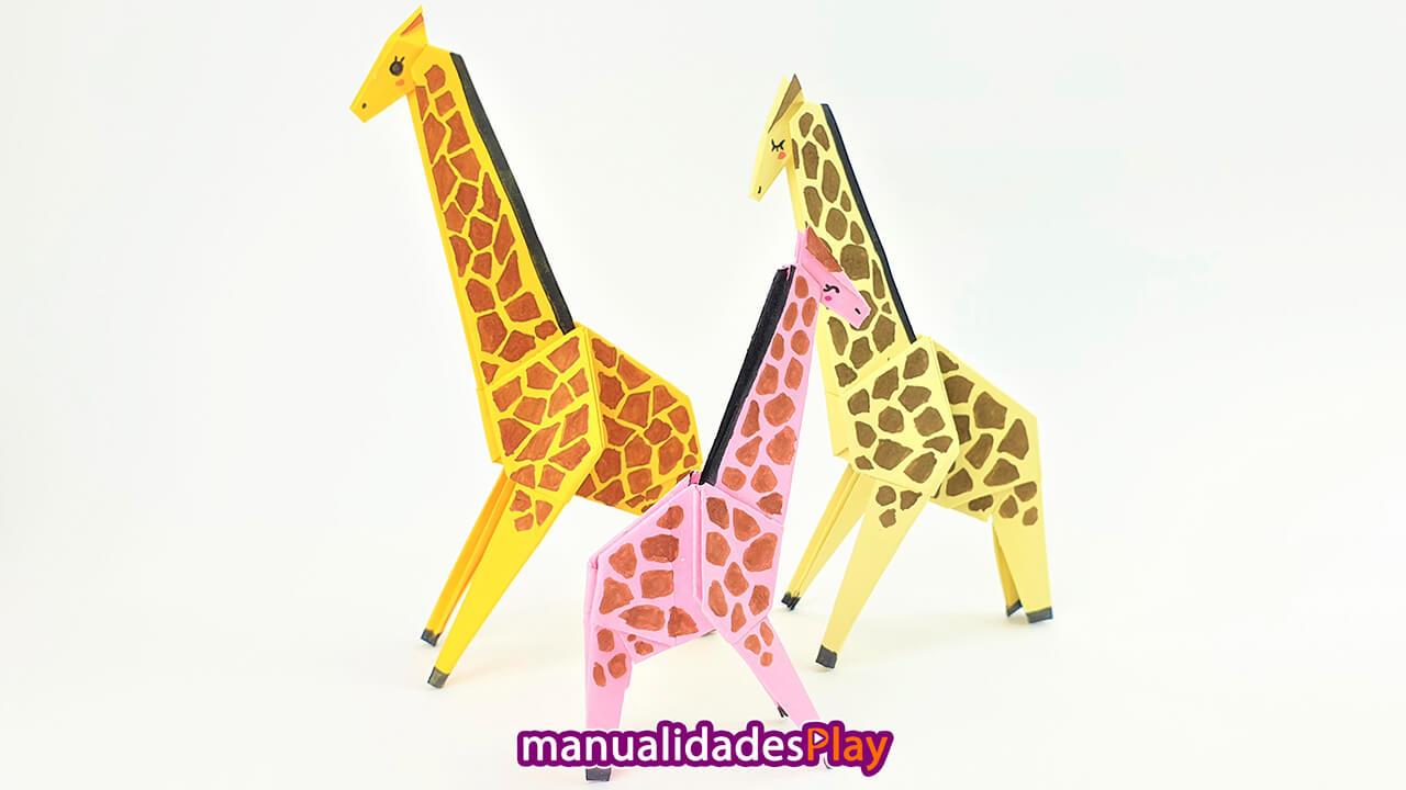Tres jirafas realizada con origami con papeles amarillo, naranja y rosa