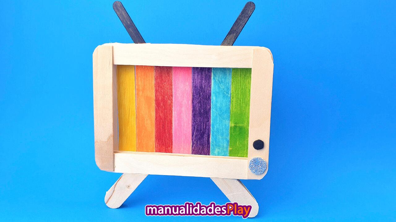 Portacelular en forma de televisión con palitos de helado reciclados