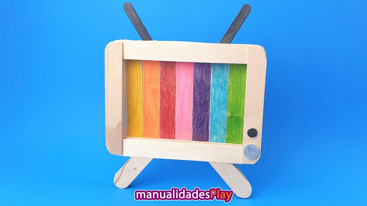 soporte para movil en forma de television con palitos de helado