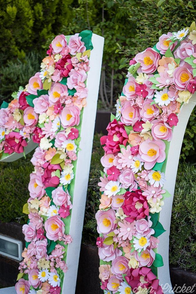 numero gigante de flores de papel