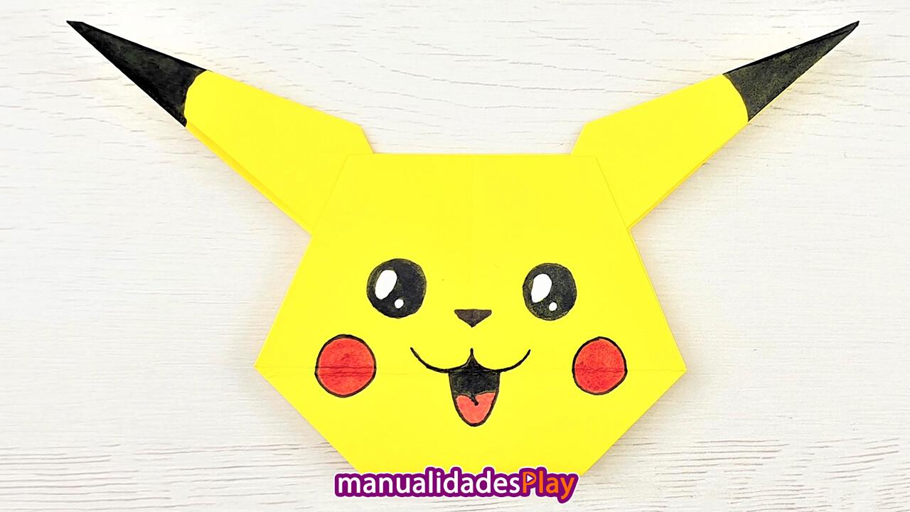 Cara de pikachu de origami realizada con un papel de color amarillo