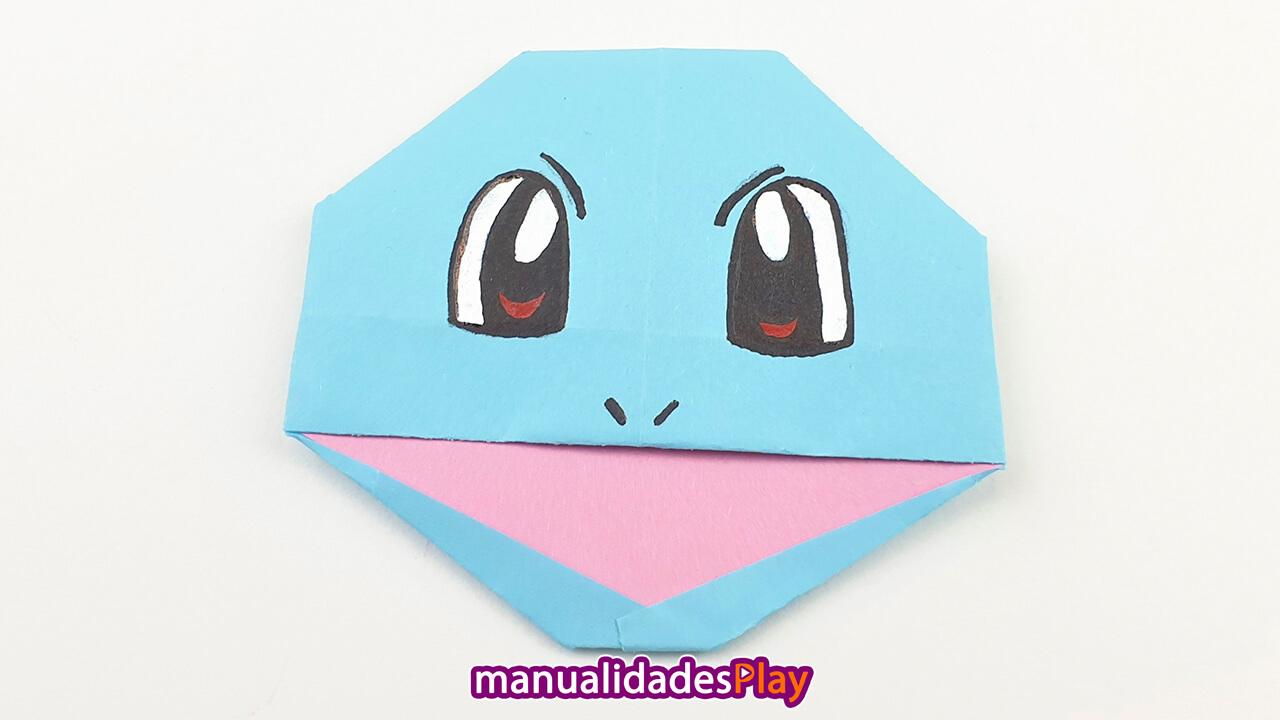 Cara de squirtle de origami realizada con hoja de papel turquesa